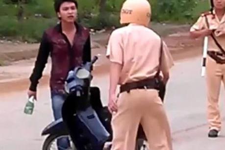 Bắt khẩn cấp 2 đối tượng giả danh cảnh sát chặn xe để cướp tài sản