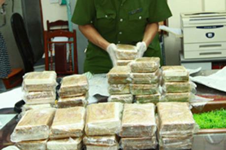 Hòa Bình: Bắt giữ hai đối tượng vận chuyển trái phép 30 bánh heroin