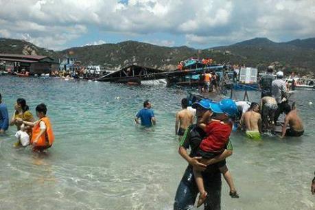 Lật bè trên biển Ninh Thuận, 2 du khách chết đuối
