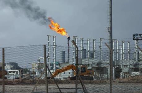 """Giá dầu ngọt nhẹ hạ xuống mức """"đáy"""" của hai tháng rưỡi"""