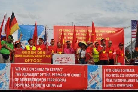 Người Việt tại Đức mít tinh hoan nghênh phán quyết của Tòa Trọng tài thường trực
