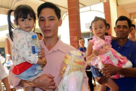 """Hai bé gái đoàn tụ với cha mẹ đẻ sau 3 năm bị trao """"nhầm nhà"""""""