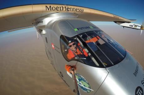 Máy bay năng lượng mặt trời Solar Impulse 2 hoàn thành chuyến bay vòng quanh thế giới