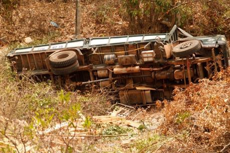 Phú Yên: Ô tô tải lao xuống rẫy, ba người tử vong