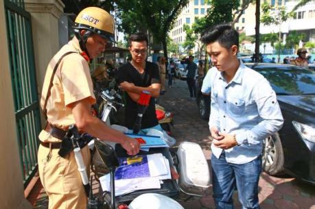 Phản ứng của người dân trong ngày đầu xử lý vi phạm mũ bảo hiểm tại Hà Nội