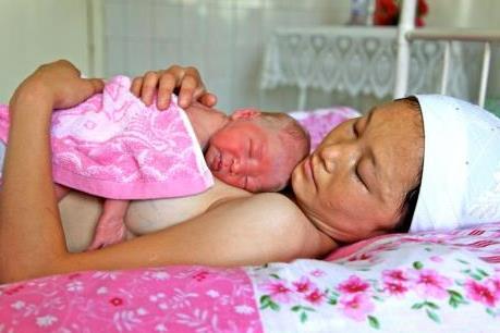 UNICEF cảnh báo nguy cơ trẻ sơ sinh tử vong do chậm được bú sữa mẹ sau sinh