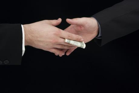 """Xử phạt ba nhà đầu tư giao dịch """"chui"""" cổ phiếu"""