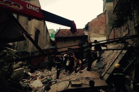 Sập nhà tại phố cổ Hà Nội: 4 người đang bị mắc kẹt