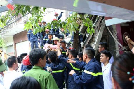 Sập nhà tại phố cổ Hà Nội: Còn 2 nạn nhân bị mắc kẹt