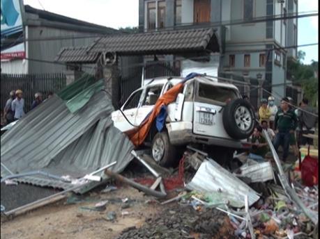 Hải Phòng: Ô tô con mất lái đâm sập nhà khiến 6 người thương vong