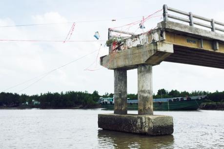 Cầu 4 tỷ đồng vừa xây xong đã sập, nguyên nhân do đâu?