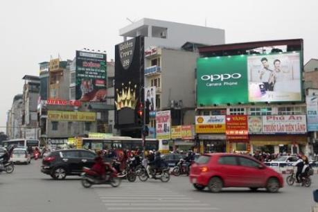 Hà Nội tháo gỡ các bảng hiệu quảng cáo trái phép