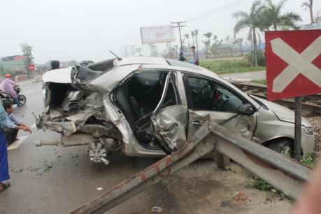 Hải Dương: Tai nạn nghiêm trọng giữa tàu hỏa và ô tô
