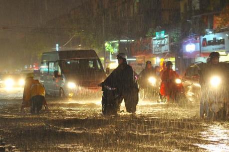 Mưa bão gây ngập và đổ cây trên một số tuyến phố của Hà Nội