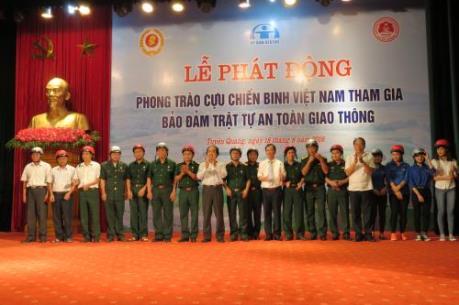 Honda tặng mũ bảo hiểm cho các gia đình khó khăn ở Tuyên Quang