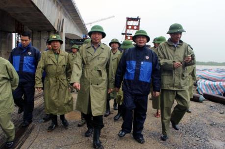 Phó Thủ tướng Vương Đình Huệ thị sát tuyến đê xung yếu Hà Nam (Quảng Ninh)