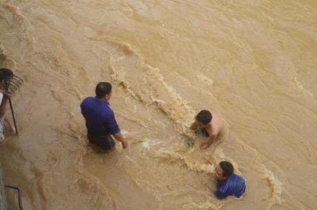 Mưa lũ làm sập cầu, cô lập 60 hộ dân ở Lào Cai