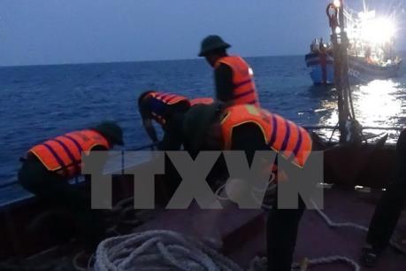 Cà Mau: Cứu 6 ngư dân trên tàu đánh cá bị sóng lớn đánh chìm