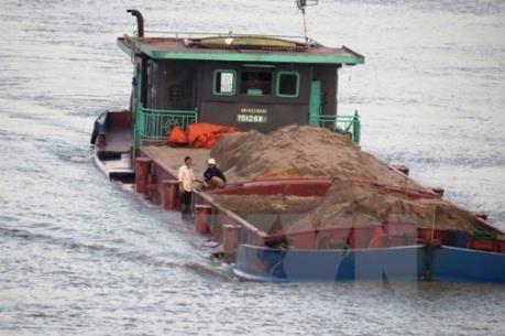 Hà Nội bắt giữ 14 tàu khai thác và vận chuyển cát trái phép trên sông Hồng