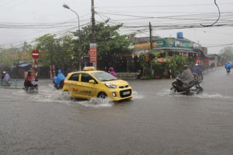 Sau mưa lớn, nhiều tuyến phố ở Thái Bình thành… sông