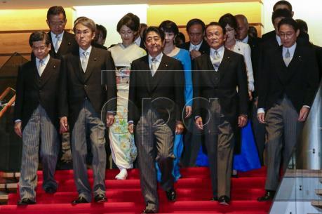Nội các Nhật Bản thông qua kế hoạch hoãn tăng thuế tiêu dùng