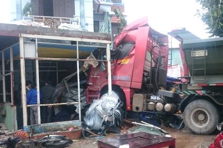 Cao Bằng: Xe tải đâm vào nhà hàng làm 2 người thương vong