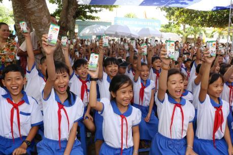 Quỹ sữa Vươn cao Việt Nam tặng 111.000 ly sữa cho hơn 1.200 trẻ em An Giang