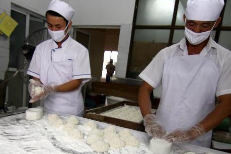 Bánh Trung Thu làm thủ công vẫn được nhiều người tiêu dùng lựa chọn