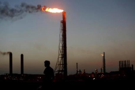 Giá dầu giảm khoảng 1%