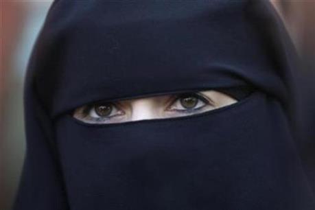 Đa số người dân Anh ủng hộ lệnh cấm trang phục burqa của phụ nữ Hồi giáo