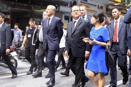 Tổng thống Pháp Francois Hollande dạo thăm phố cổ Hà Nội