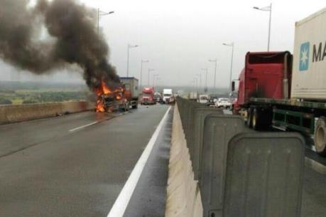 Cháy xe container trên cao tốc khiến giao thông ùn ứ