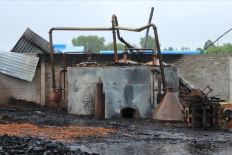 Hỏa hoạn thiêu rụi một xưởng sản xuất than sạch tại Cà Mau