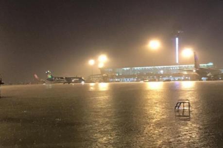 Sân bay Tân Sơn Nhất lại ngập sau mưa lớn kéo dài