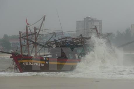Đưa thành công 5 ngư dân bị sóng đánh chìm ở biển Vũng Áng vào bờ