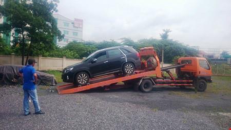 Xử phạt nữ tài xế vi phạm luật giao thông, cố thủ trong ô tô