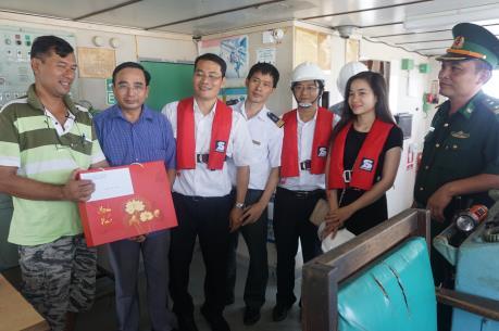 """Cục Hàng hải Việt Nam thăm hỏi các thuyền viên tàu nước ngoài bị chủ tàu """"bỏ rơi"""""""