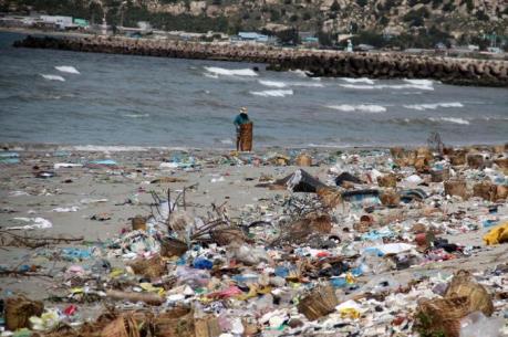 Không để biển thành . . . bãi đổ rác thải