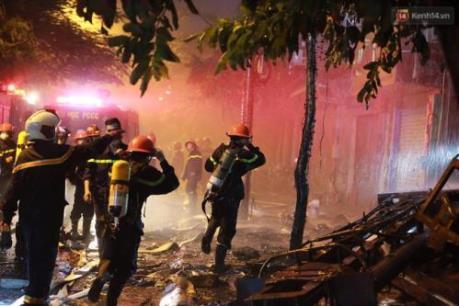 Đang cháy lớn tại quán karaoke số 83 phố Nguyễn Khang (Hà Nội)