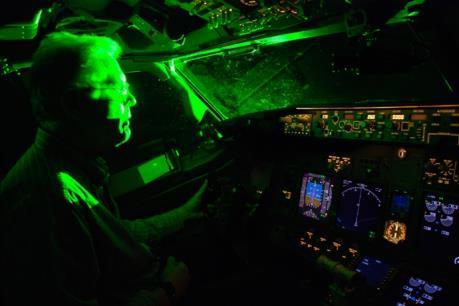 Nghiêm cấm chiếu tia laze vào vùng tàu bay, ảnh hưởng đến an toàn bay