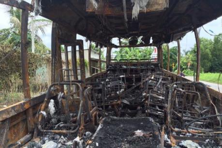 Xe khách đậu ở bến xe bất ngờ cháy trơ khung