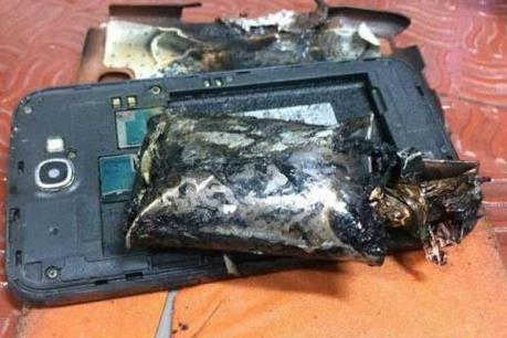 Điện thoại Samsung bốc khói gây báo động trên máy bay