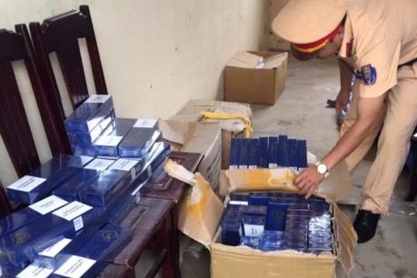 Bắt giữ xe vận chuyển gần 1.000 bao thuốc lá không giấy tờ hợp pháp
