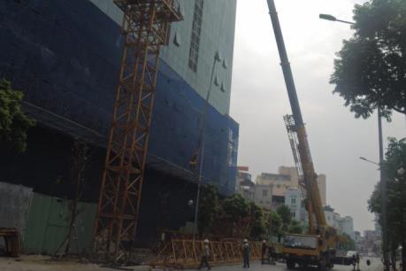 Lắp đặt xong cẩu tháp phục vụ phá dỡ sai phạm tòa nhà 8B Lê Trực (Hà Nội)