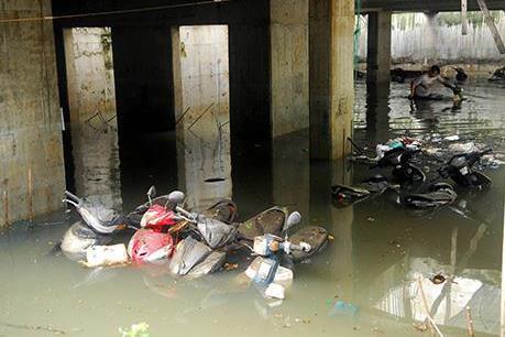 Tp. Hồ Chí Minh: Hơn 1.000 xe máy tại hầm giữ xe bị ngập trong nước mưa