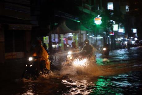 Dự báo thời tiết: Nam bộ tiếp tục có mưa dông, triều cường tại TP.HCM vượt báo động 3