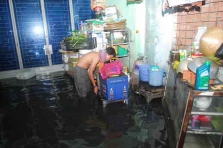 Thành phố Hồ Chí Minh: Vỡ bờ bao, hàng chục hộ dân phải sơ tán