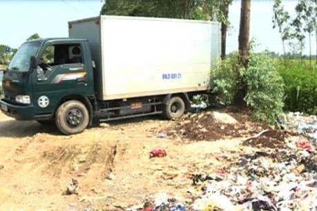 Bắt quả tang xe tải đổ trộm rác thải công nghiệp
