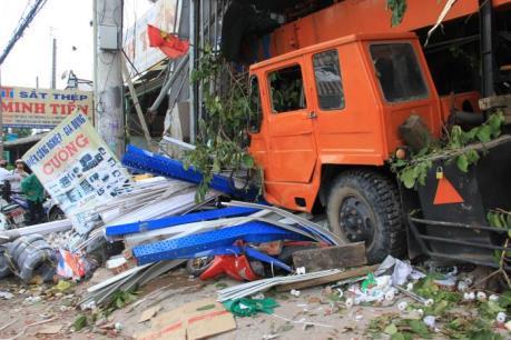 Bình Dương: Xe cẩu bất thình lình tông vào nhà dân
