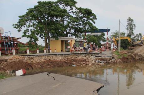 Phân luồng giao thông qua sông Hóa sau sự cố sạt lở đường dẫn cầu phao